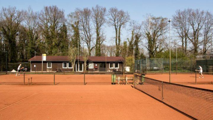 Tennisplätze mit frischer Asche ausgestattet